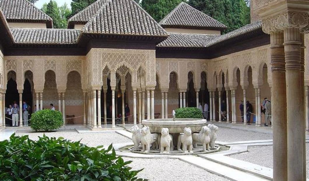 8) Alhambra, Granada, Španělsko