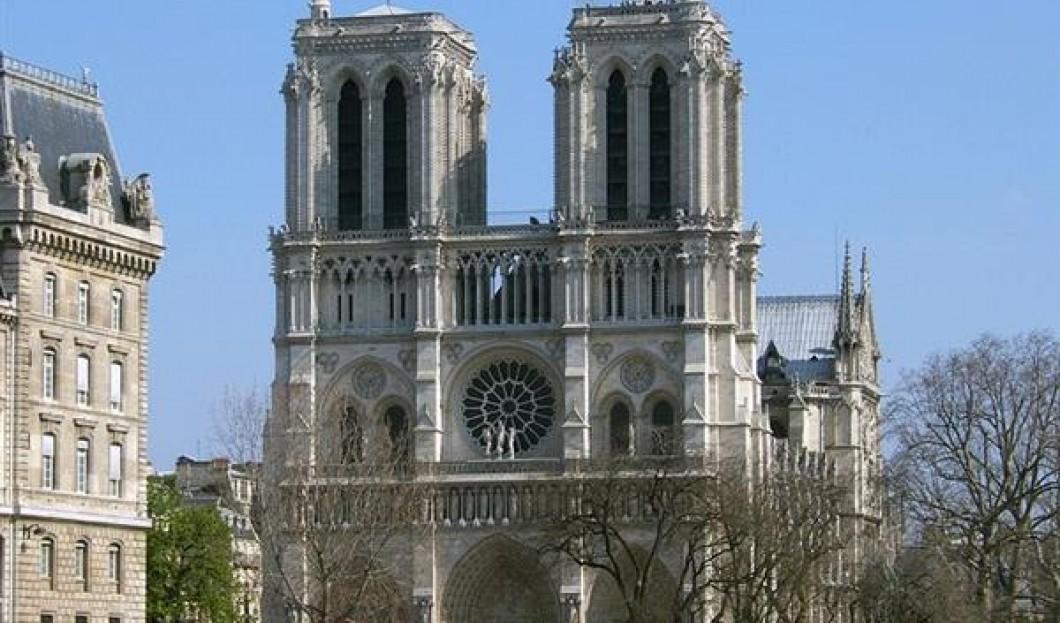 1) Notre-Dame de Paris, Paříž, Francie